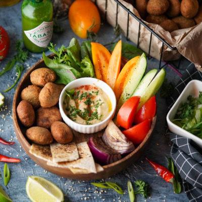 фалафель со свежими овощами и хумусом