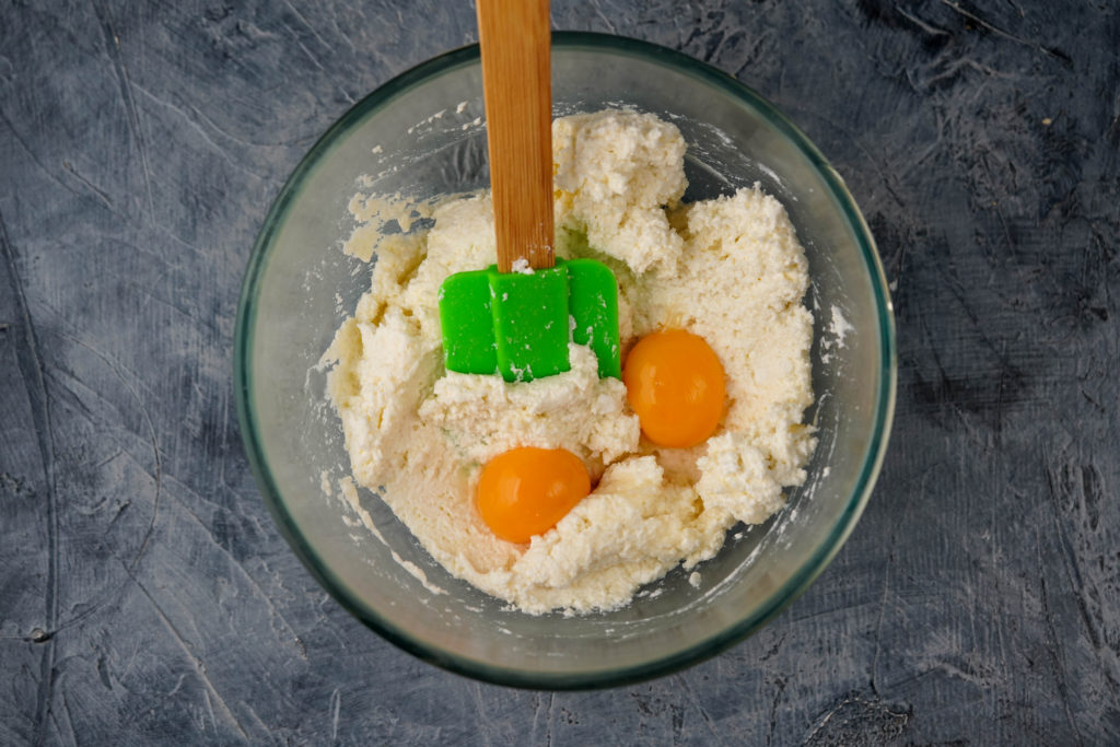 Добавляем яичный желток в сырники