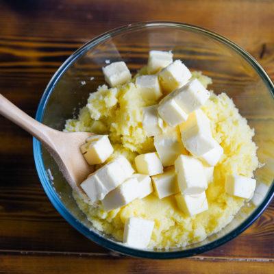 Добавляем масло в картофель