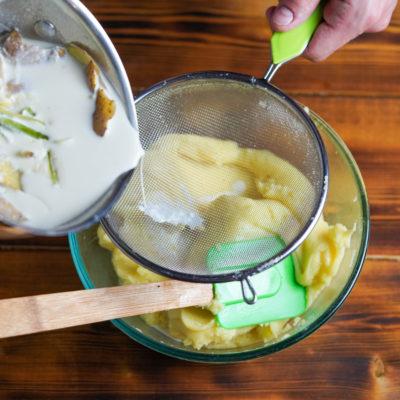 Добавляем молоко в картофель