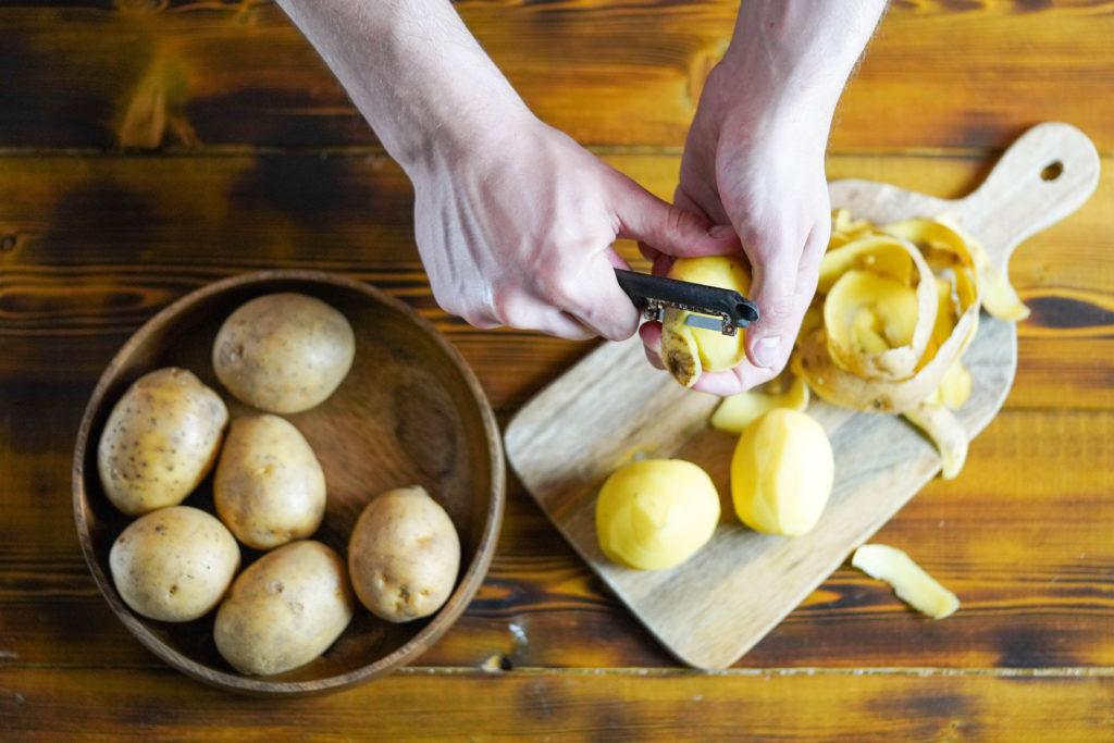 Очищаем картофель