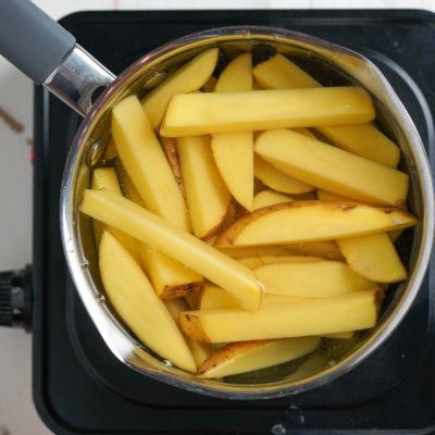 Варим картофель для фри