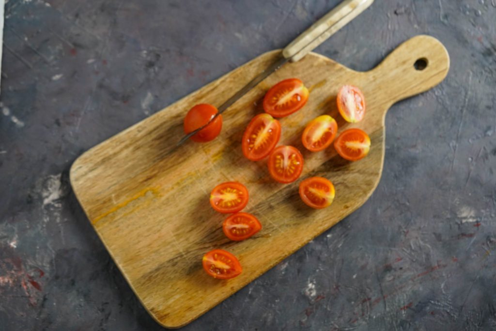 Разрезаем томаты пополам