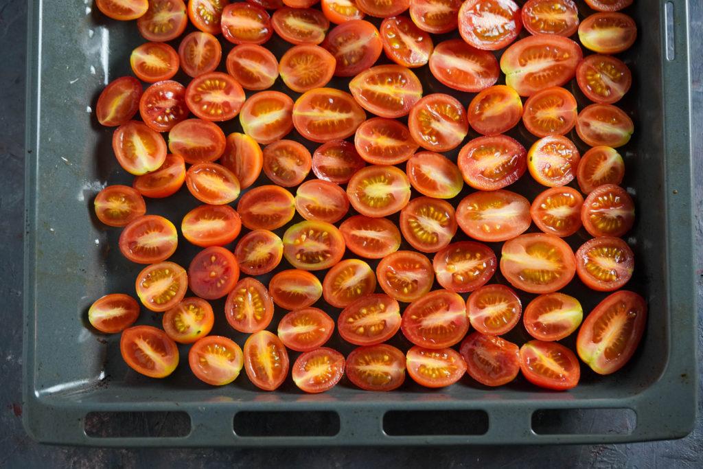 Смазываем томаты маслом
