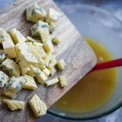 Добавляем нарезанный сыр