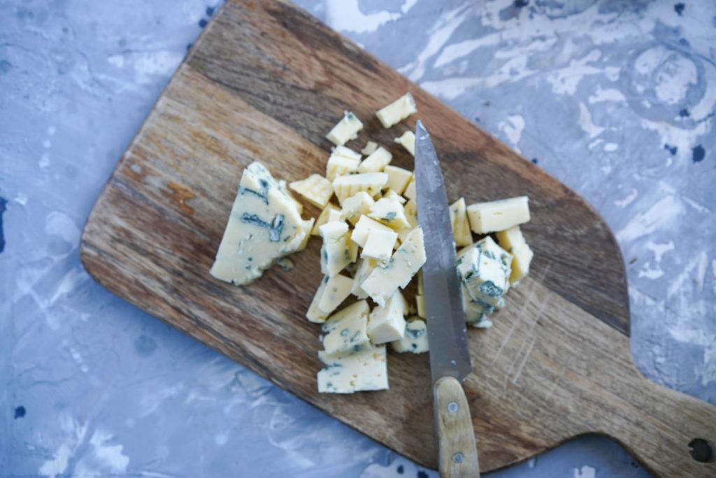 Нарезаем сыр кубиком