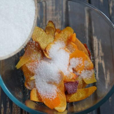 Смешиваем цедру с сахаром