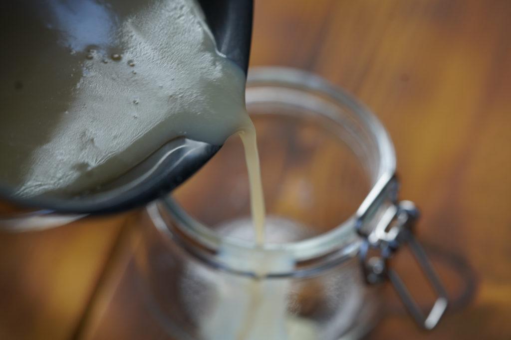 Переливаем сгущеное молоко